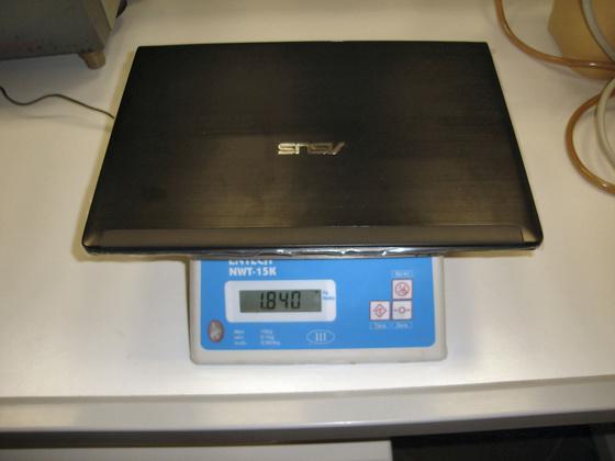 Az ASUS UL30Jt súlya akkumulátorral