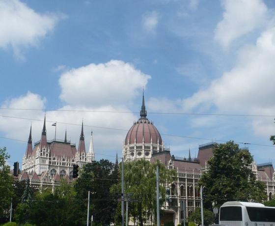 Budapesti Parlament vs. bécsi Kirche Maria vom Siege