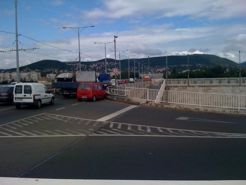 baleset az arpad hidon - kamion a korlatnak lokte a suzukit epp
