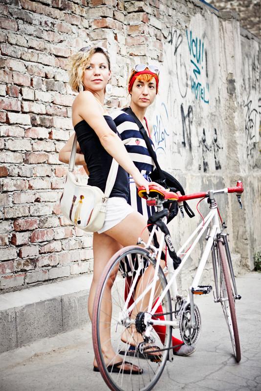 Lányok, bringával