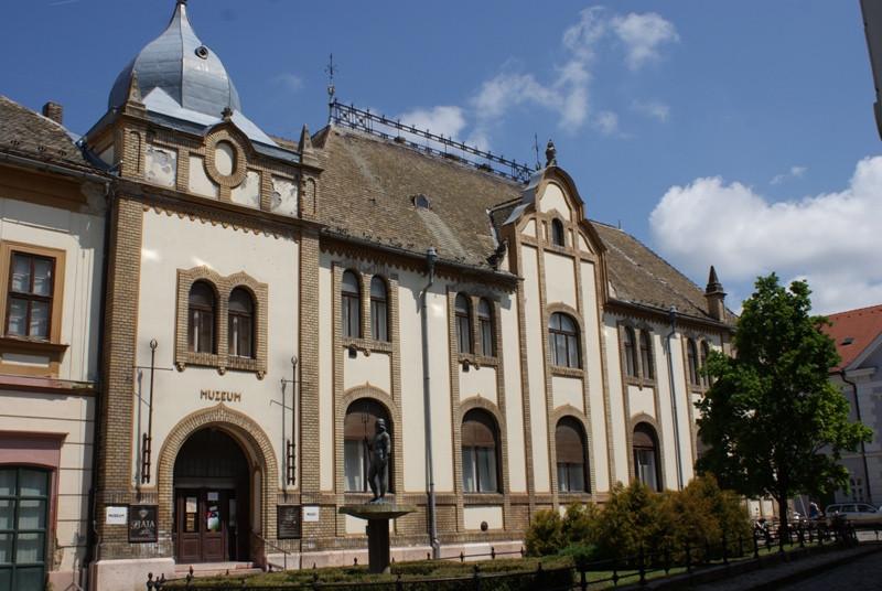 Baja - Türr István Múzeum a Neptun szoborral