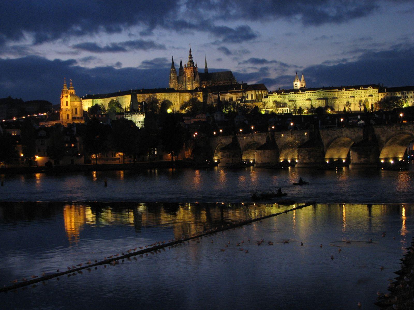 A Prágai vár esti fényárban
